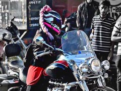दिल्ली की सड़कों पर क्या आपने देखी है हिजाबी बाइकर... यहां देखिए...