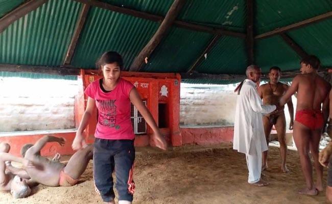 'PM के बनारस' में बदली 450 साल पुराने अखाड़े की परम्परा, अब लड़कियां भी सीख रही हैं कुश्ती
