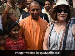 विवादों के बीच योगी आदित्यनाथ ने किया ताजमहल का दीदार, सैलानियों के साथ खिंचवाई तस्वीरें
