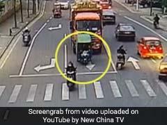 VIDEO: रिक्शे से बाहर गिरकर ट्रक के नीचे आया बच्चा, फिर जो हुआ उसे देख सभी हुए हैरान