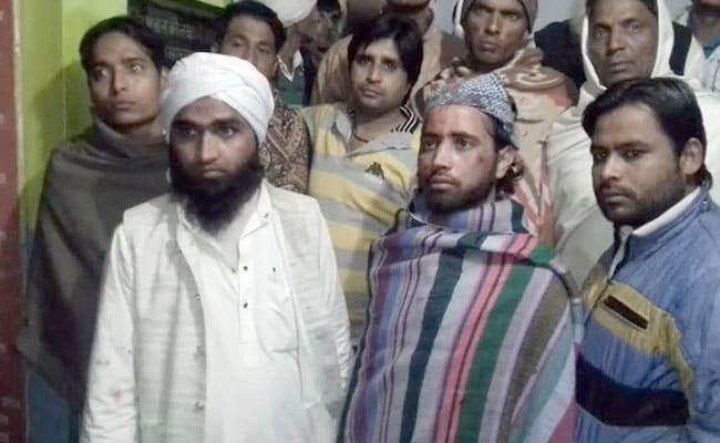 यूपी: ट्रेन में 3 मुस्लिम शिक्षकों की पिटाई, कहा- रूमाल क्यों पहना हुआ है?