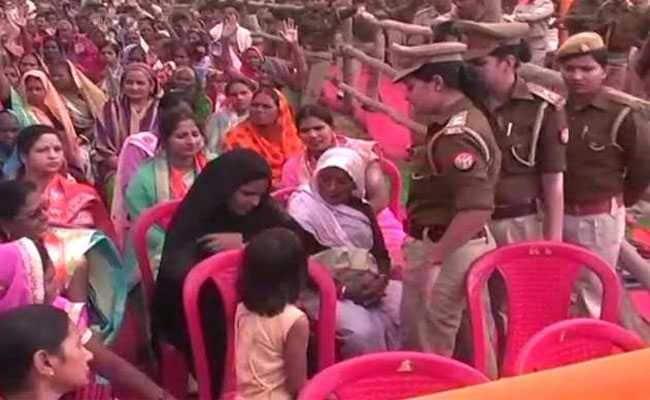 बलिया में सीएम योगी की रैली में पुलिस ने महिला से सरेआम उतरवाया बुर्का