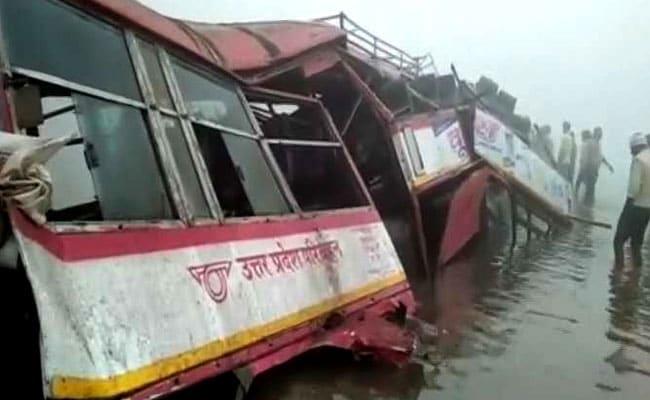 उत्तर-प्रदेश: कोहरे के चलते बस नदी में गिरी, ड्राइवर की मौत और चार घायल