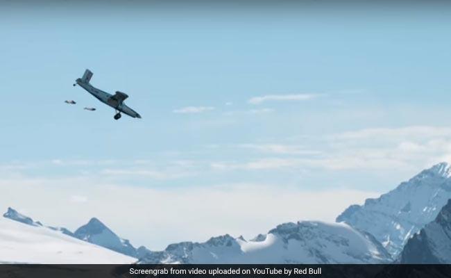 पहाड़ से लगाई छलांग और सामने अचानक आ गया प्लेन, देखें वायरल होता ये वीडियो