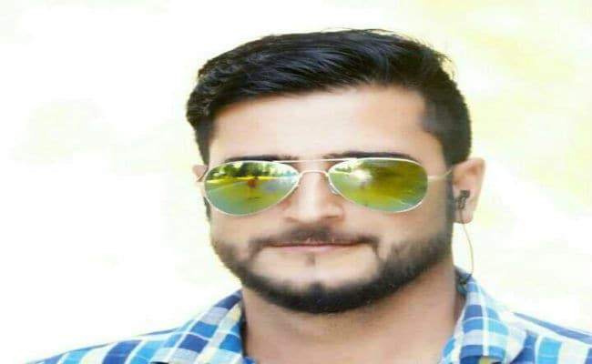 कश्मीर में बीजेपी नेता गौहर अहमद की हत्या, अंतिम यात्रा में शामिल हुए सैकड़ों लोग