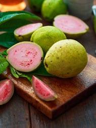 Calories In Guava: जानें अमरूद में होती हैं कितनी कैलोरी और क्या हैं इसके फायदे