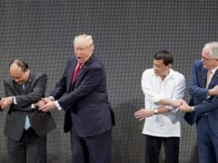 Donald Trump Breaks The Link As Handshake Photo Op Goes Awry In Manila