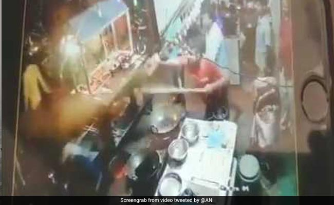 Indian eatery staff throws hot oil at customer for complaining about food