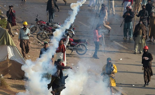 Pakistan Cops Fight Street Battles As Hardliners Surround Islamabad