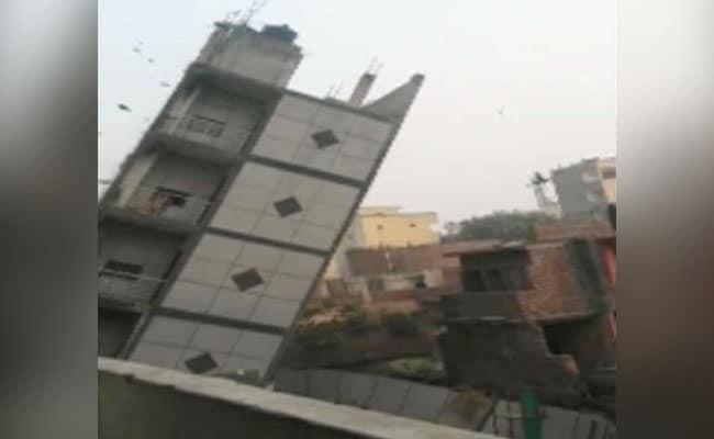 दक्षिण दिल्ली में चार मंजिल की बिल्डिंग झुकी, एमसीडी ने ढहा दी