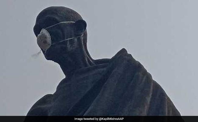कपिल मिश्रा ने महात्मा गांधी की मूर्ति को पहनाया पॉल्यूशन मास्क, हिरासत में लिए गए