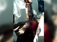भीड़ ने पेड़ से उल्टा लटकाकर पीट-पीटकर मार डाला, पुलिस वाले देखते रहे - वीडियो हुआ वायरल