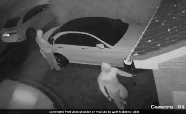 कुछ ही सेकंड में फिल्मी स्टाइल में की मर्सिडीज कार चोरी, देखें CCTV VIDEO