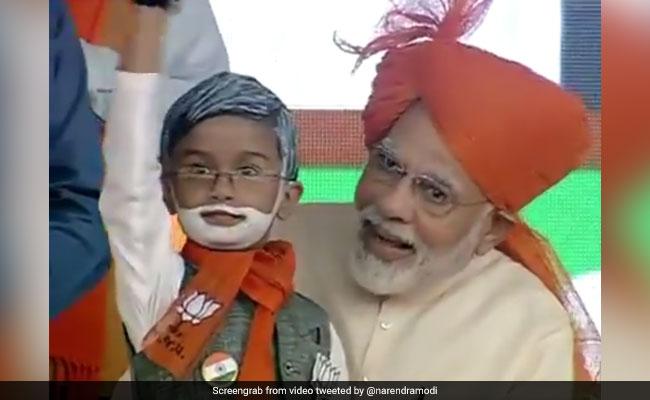 VIDEO: जब पीएम मोदी ने इस बच्चे से कहा- मेरे हाथ में भी बंधा है काला धागा