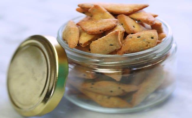try this ajwain aur kalonji ki nimki for your tea time snack