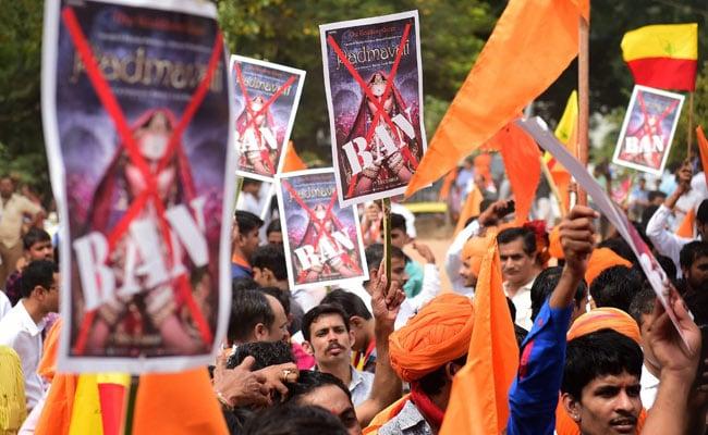 'पद्मावत' को लेकर करणी सेना की धमकी, 'फिल्म रिलीज हुई तो कर्फ्यू जैसे होंगे हालात'