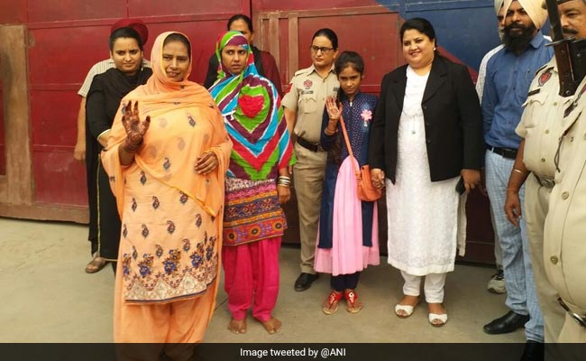 India releases Pakistani prisoner and her jail-born child