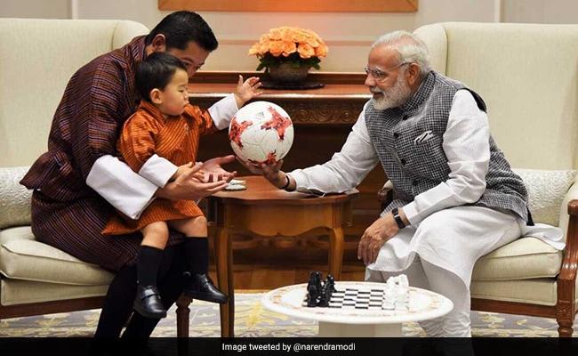 भूटान के क्यूट प्रिंस ने पीएम नरेंद्र मोदी से कहा नमस्ते, बदले में मिले गिफ्ट, फोटो वायरल