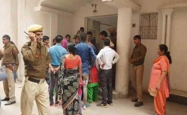 दिल्ली में एक आध्यत्मिक विश्वविद्यालय में जमकर हंगामा, लड़कियों से ग़लत काम कराने का आरोप