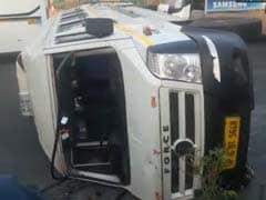 नोएडा: गोल्फ कोर्स मेट्रो स्टेशन के पास स्कूल बस पलटी, शीशा तोड़कर बच्चों को निकाला