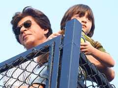 Fans ने किया घंटों इंतजार फिर बेटे अबराम के साथ मिलने पहुंचे शाहरुख खान...