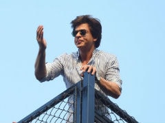 Shah Rukh Khan Returns From Alibaug, Greets Fans With Birthday-Special <i>Salaam</i> From Mannat