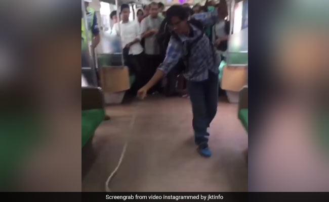VIRAL VIDEO: चलती ट्रेन में निकल आया सांप, 'हीरो' ने सिर्फ हाथों से मार डाला
