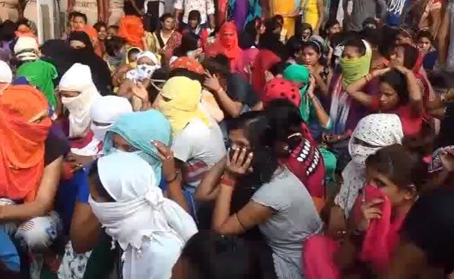 सोनपुर मेले में थियेटरों को नहीं मिला लाइसेंस तो महिला डांसरों ने किया हंगामा