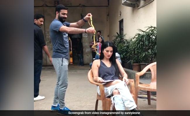 Viral Video: जब सनी लियोन पर चढ़ा सांप, जानें कैसे बचाई जान?