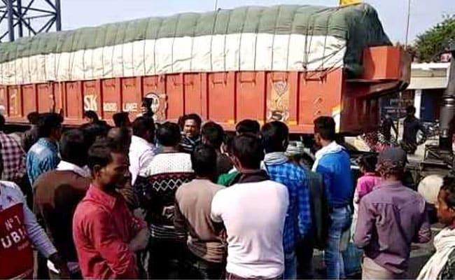 सुपौल : तेज रफ्तार ट्रक ने तीन को कुचला, स्थानीय लोगों ने सड़क जाम कर किया हंगामा