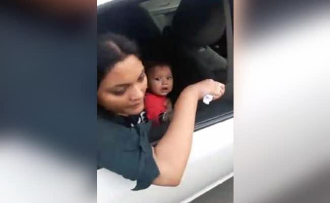 मुंबई : कार में बैठी महिला बच्चे को पिला रही थी दूध, तभी ट्रैफिक पुलिस वाले कार ही उठा ले गये