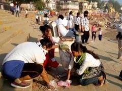 देव दीपावली के बाद बनारस के घाट की सफाई में जुटी BHU छात्राएं