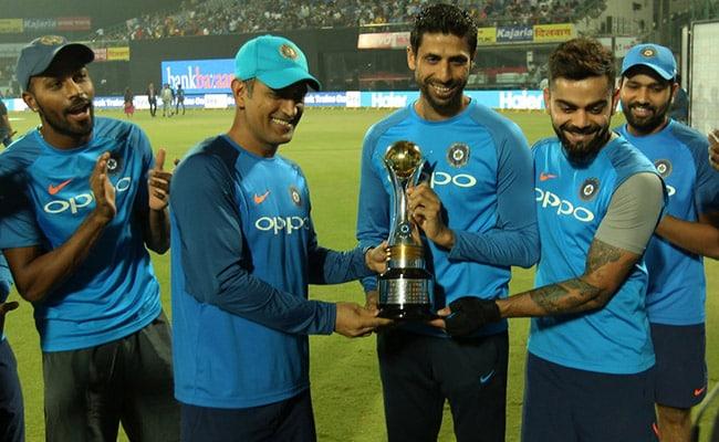 INDvsNZ : आखिरी मैच से पहले धोनी और कोहली ने नेहरा को भेंट की 'खास ट्रॉफी'