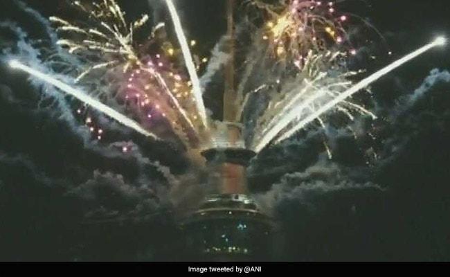 Happy New Year 2018 न्यूजीलैंड के ऑकलैंड में स्काई टावर पर शानदार आतिशबाजी, हजारों की भीड़ जुटी