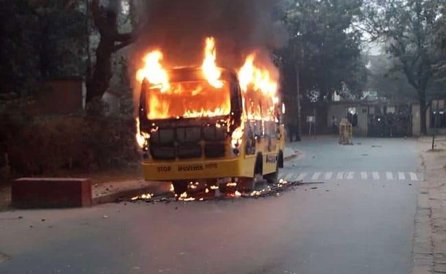 छात्र नेता की गिरफ्तारी पर BHU में बवाल, सिंह द्वार बंद कर की तोड़फोड़, स्कूल बस में लगाई आग