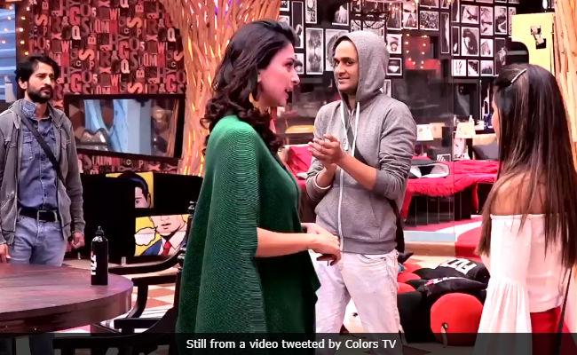 Bigg Boss 11: Gauri Pradhan Rebukes Hina Khan For Calling Hiten Tejwani 'Spineless.' Watch Here