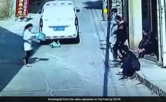 गाड़ी के सामने अचानक आ गया तीन साल का बच्चा, देखें ये शॉकिंग VIDEO