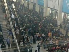 कोहरे के कहर का असर दिल्ली एयरपोर्ट पर : करीब 100 फ्लाइट्स प्रभावित, लोग परेशान