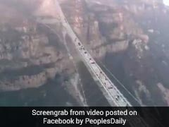 VIDEO: जमीन से 218 मीटर की ऊंचाई पर बना है यह ग्लास ब्रिज, इस पर चलना सबके बस की बात नहीं