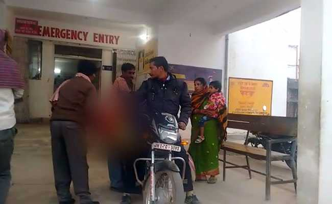 झारखंड में मानवता शर्मसार, मोटरसाइकिल पर बेटी की लाश ढोने को मजबूर हुआ बाप