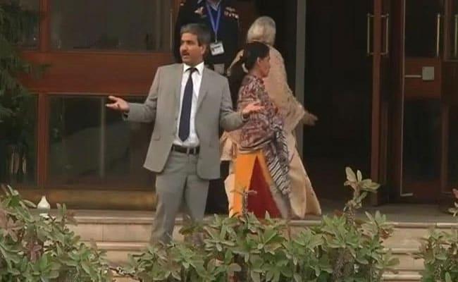 'आपका बेटा कातिल है' -कुलभूषण जाधव की मां और पत्नी को पाक मीडिया ने किया परेशान