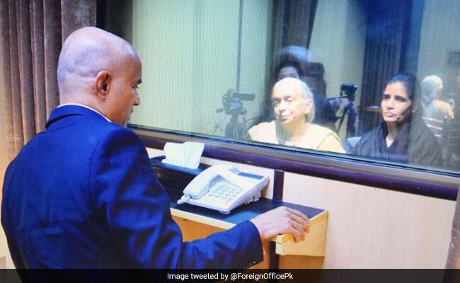 कुलभूषण जाधव ने गिरफ्तारी के 21 महीने बाद मां और पत्नी को देखा, पर मिल ना सके, देखें फोटो