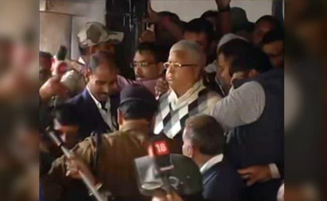 लालू की सेवा के लिए पहले ही जेल में पहुंच गए उनके दो 'सेवक', मामले का खुलासा होने पर बिहार की राजनीति गरमाई