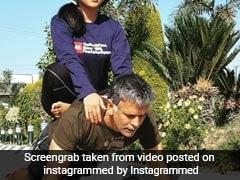 Milind Soman Push-ups: 53 की उम्र में भी ये एक्टर अपनी गर्लफ्रेंड को पीठ पर बैठाकर कर रहा ये काम, देखें Video