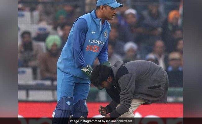 IND vs SL: रोहित शर्मा के 'धमाल' वाले दिन फैन ने MS धोनी के प्रति इस तरह जताया सम्मान