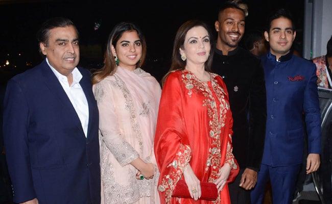 विराट-अनुष्का के रिसेप्शन में नहीं बल्कि इस क्रिकेटर की शादी में पहुंचा पूरा अंबानी परिवार, देखें PHOTOS