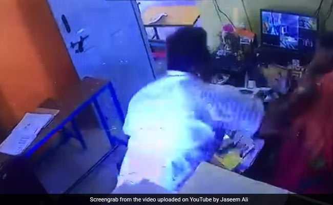 शख्स ने महिला प्रिंसिपल को बुरी तरह पीटा, CCTV में कैद हो गई ये वाहियात हरकत