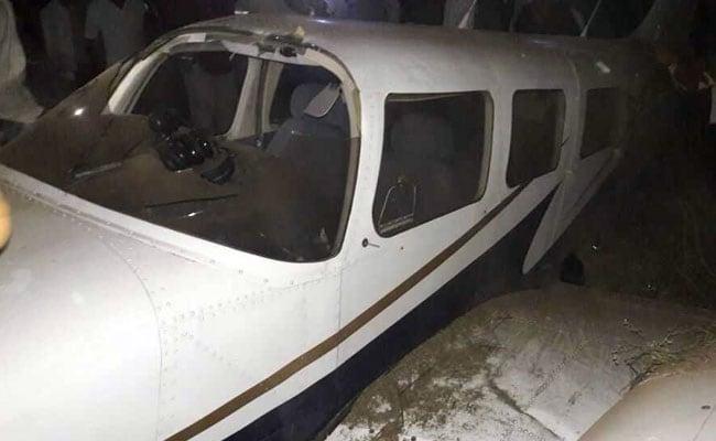 महाराष्ट्र में प्रशिक्षक विमान की आपात लैडिंग, 2 घायल