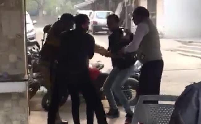 VIDEO: बदमाशों को पकड़ने गए सिपाही की हो गई धुनाई, मिली जान से मारने की धमकी