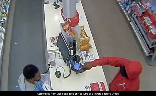 Video: सामान खरीदा और पैसे देने की बारी आई तो तान दी बंदूक, फिर जो हुआ वो...